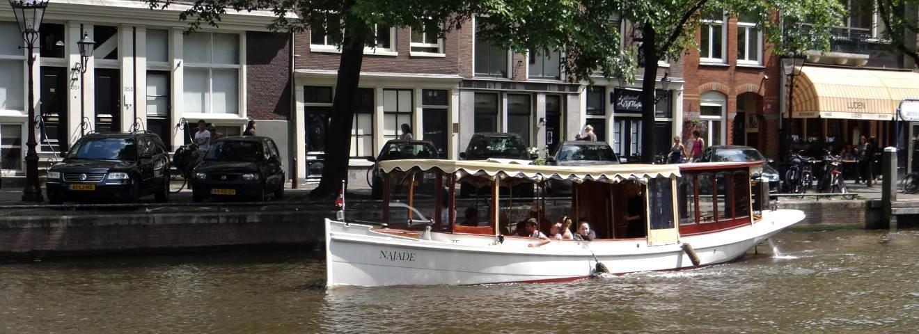 Huur een salonboot en maak een mooie tocht door de Amsterdamse grachten met Rederij de Nederlanden.