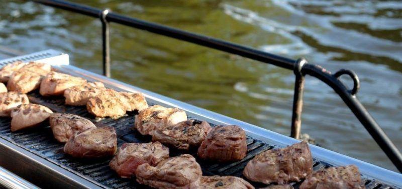 De BBQ Boot Amsterdam, lekker barbecueën op de Amsterdamse grachten.